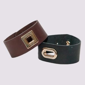 Кожаные браслеты коричневого и черного цвета с золотой вставкой