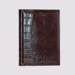 Кожаный ежедневник в бордовом цвете с надписью