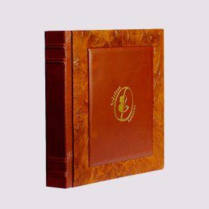 Фотоальбом из кожи в коричневом цвете с золотым тиснением