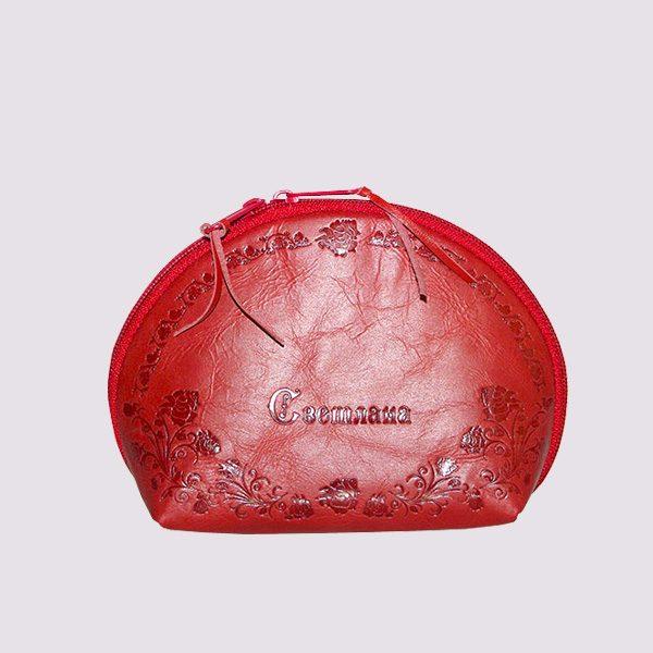 Кожаная косметичка в красном цвете с именем