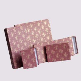 Кожаная подарочная коробка в розовом цвете с символикой