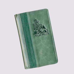 Кожаная визитница в зеленом цвете с охотничьим логотипом