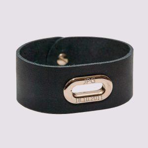Кожаные браслеты черного цвета с золотой вставкой