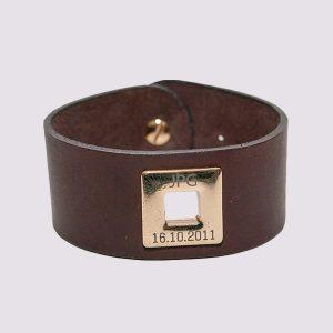 Кожаные браслеты коричневого цвета с золотой вставкой