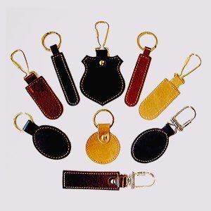 Кожаные брелки различных цветов и форм