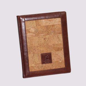 Кожаный ежедневник в коричневом цвете с вставкой в стиле дерева