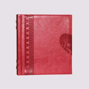 Фотоальбом из кожи в красном цвете с тиснением в виде сердца