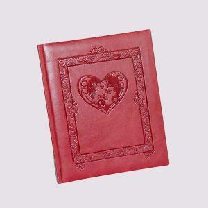 Фотоальбом из кожи в розовом цвете с влюбленными