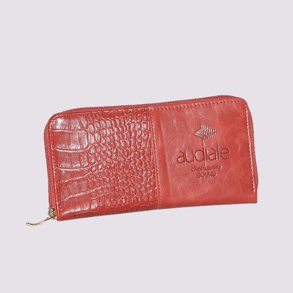 Кожаный кошелек в красном цвете с логотипом