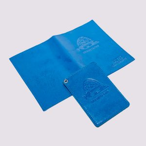 Кожаная обложка для автодокументов в голубом цвете с логотипом Планетарий