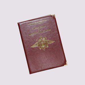 Адресная папка с золотым логотипом в бордовом цвете