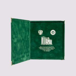 Кожаная подарочная коробка в зеленом цвете с бархатом